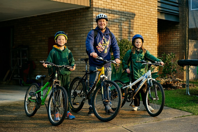 Torquay local Ross and his kids ready to ride their bikes to schol